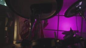 Παιχνίδι ατόμων τυμπανιστών στον πυροβολισμό στούντιο τυμπάνων απόθεμα Μοντέρνα τύμπανα παιχνιδιού ατόμων απόθεμα βίντεο