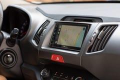 Παιχνίδι αυτοκινήτων στο σύστημα πολυμέσων με τους χάρτες της Apple Στοκ εικόνες με δικαίωμα ελεύθερης χρήσης