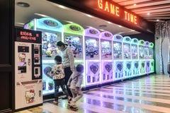 Παιχνίδι γερανών παιχνιδιών μηχανών νυχιών Arcade Στοκ Εικόνα