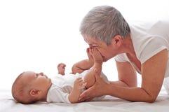 Παιχνίδι γιαγιάδων με ένα μωρό Στοκ εικόνα με δικαίωμα ελεύθερης χρήσης
