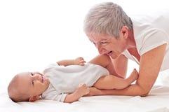 Παιχνίδι γιαγιάδων με ένα μωρό Στοκ Φωτογραφία