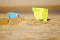Παιχνίδι για το κάστρο άμμου στην αμμώδη παραλία για το ταξίδι και τον ελεύθερο χρόνο Στοκ φωτογραφία με δικαίωμα ελεύθερης χρήσης