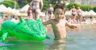 Παιχνίδι γιων χαμόγελου στο κύμα στη θάλασσα στην ημέρα Ευτυχής οικογενειακή χαλάρωση θαλασσίως Καλοκαίρι, άνοιξη και W Στοκ φωτογραφία με δικαίωμα ελεύθερης χρήσης