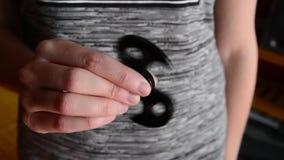 Παιχνίδι γυναικών με έναν fidget κλώστη απόθεμα βίντεο