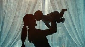 Παιχνίδι γυναικών με ένα μωρό φιλμ μικρού μήκους