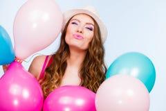Παιχνίδι γυναικών με πολλά ζωηρόχρωμα μπαλόνια Στοκ φωτογραφία με δικαίωμα ελεύθερης χρήσης