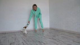 Παιχνίδι γυναικών με το σκυλί του στο σπίτι απόθεμα βίντεο