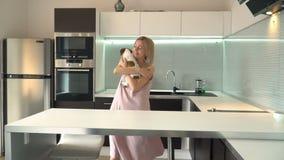Παιχνίδι γυναικών με το σκυλί του στο σπίτι φιλμ μικρού μήκους