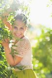 Παιχνίδι γυναικών χαμόγελου νέο στο φύλλωμα στοκ φωτογραφίες