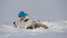 Παιχνίδι διασκέδασης εφήβων αγοριών με ένα σκυλί το χειμώνα στο χιόνι φιλμ μικρού μήκους