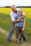 παιχνίδι εγγονών παππούδων στοκ φωτογραφία με δικαίωμα ελεύθερης χρήσης
