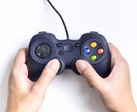 Παιχνίδι εκμετάλλευσης χεριών στο τηλεοπτικό πηδάλιο παιχνιδιών Στοκ Εικόνες