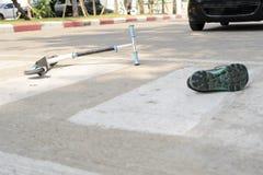 Παιχνίδι ενός μηχανικού δίκυκλου και χτύπημα με ένα αυτοκίνητο, χρησιμοποιώντας μια διάβαση πεζών στοκ φωτογραφία με δικαίωμα ελεύθερης χρήσης