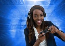 Παιχνίδι επιχειρηματιών με τον ελεγκτή παιχνιδιών στον υπολογιστή με το μπλε υπόβαθρο κινήσεων Στοκ φωτογραφίες με δικαίωμα ελεύθερης χρήσης