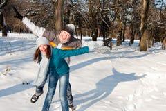 Παιχνίδι ζεύγους στο χιόνι Στοκ Εικόνα