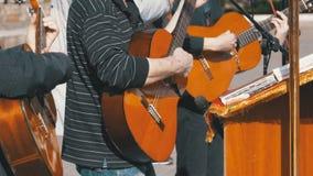 Παιχνίδι ζωνών μουσικών οδών στις ακουστικές κιθάρες κίνηση αργή φιλμ μικρού μήκους
