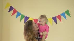 Παιχνίδι και χορός κοριτσιών παιδιών μητέρων και κορών από κοινού 4K απόθεμα βίντεο