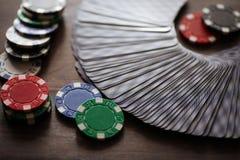 Παιχνίδι καρτών που χρησιμοποιεί τα τσιπ σε έναν ξύλινο πίνακα Στοκ εικόνες με δικαίωμα ελεύθερης χρήσης
