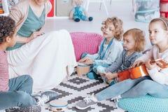 παιχνίδι κιθάρων κοριτσιών Στοκ Εικόνες