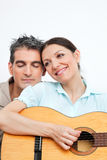 παιχνίδι κιθάρων ρομαντικό στοκ φωτογραφίες