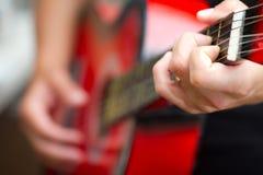 παιχνίδι κιθάρων Στοκ εικόνα με δικαίωμα ελεύθερης χρήσης