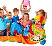 Παιχνίδι κλόουν παιδιών γενεθλίων με τα παιδιά Οι διακοπές παιδιών συσσωματώνουν εορταστικό Στοκ Εικόνες