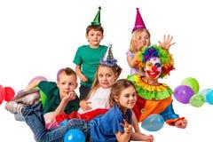 Παιχνίδι κλόουν παιδιών γενεθλίων με τα παιδιά Οι διακοπές παιδιών συσσωματώνουν εορταστικό Στοκ Εικόνα