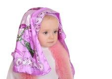 Παιχνίδι κοριτσάκι με το μαντίλι για το κεφάλι στην άσπρη ανασκόπηση στοκ φωτογραφία με δικαίωμα ελεύθερης χρήσης