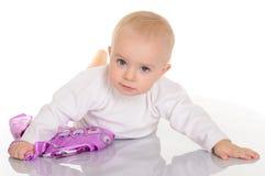 Παιχνίδι κοριτσάκι με το μαντίλι για το κεφάλι στην άσπρη ανασκόπηση στοκ φωτογραφίες