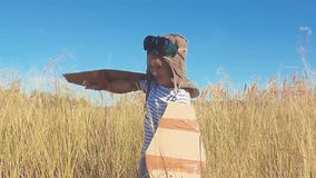 Παιχνίδι κοριτσιών για να είναι κλασικός ένας πειραματικός, φορώντας ένα καπέλο γουνών, τα γυαλιά και τα φτερά φιαγμένα από χαρτό απόθεμα βίντεο