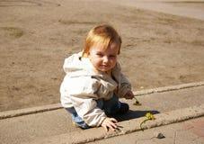 παιχνίδι κοριτσιών λουλουδιών whith κίτρινο στοκ φωτογραφίες