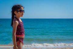 Παιχνίδι κοριτσιών με τη ρακέτα σε μια παραλία στις διακοπές στοκ φωτογραφία
