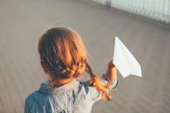 Παιχνίδι κοριτσιών με το αεροπλάνο εγγράφου παιχνιδιών Στοκ εικόνες με δικαίωμα ελεύθερης χρήσης