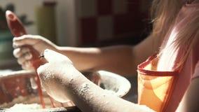 Παιχνίδι κοριτσιών με το αλεύρι προετοιμάζοντας τη ζύμη απόθεμα βίντεο