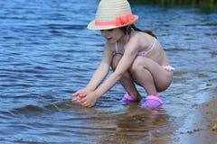 Παιχνίδι κοριτσιών με το νερό Στοκ Φωτογραφίες