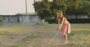 Παιχνίδι κοριτσιών με το ραβδί στον τομέα απόθεμα βίντεο