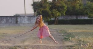 Παιχνίδι κοριτσιών με το ραβδί στον τομέα φιλμ μικρού μήκους