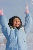 Παιχνίδι κοριτσιών με το χιόνι Στοκ φωτογραφία με δικαίωμα ελεύθερης χρήσης