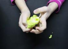 Παιχνίδι κοριτσιών με slime στα χέρια της στοκ εικόνα
