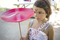 Παιχνίδι κοριτσιών παιδιών με την περιστροφή του πιάτου στοκ εικόνα