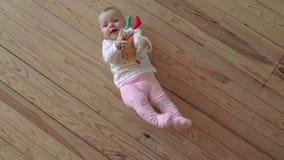παιχνίδι κοριτσιών πατωμάτων μωρών απόθεμα βίντεο