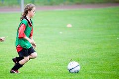 παιχνίδι κοριτσιών ποδοσ&p Στοκ Εικόνα
