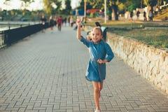 Παιχνίδι κοριτσιών, που τρέχει με το αεροπλάνο εγγράφου παιχνιδιών Στοκ Εικόνες