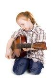 Παιχνίδι κοριτσιών σε μια κιθάρα Στοκ φωτογραφίες με δικαίωμα ελεύθερης χρήσης