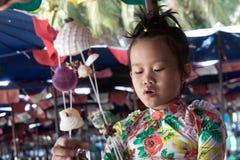 Παιχνίδι κοριτσιών στην παραλία με τα κοχύλια Στοκ εικόνα με δικαίωμα ελεύθερης χρήσης