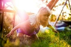 Παιχνίδι κοριτσιών όπως ένα πετώντας πουλί Στοκ Φωτογραφίες