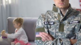 Παιχνίδι κορών πίσω από το πίσω, ασφαλές μέλλον παιδιών στρατιωτών στρατού, προστασία φιλμ μικρού μήκους