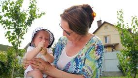 παιχνίδι λουλουδιών μωρώ& Κοριτσάκι σε ετοιμότητα γιαγιάδων ` s Ευτυχές οικογενειακό υπόβαθρο οικογενειακά καρύδια έννοιας σύνθεσ φιλμ μικρού μήκους