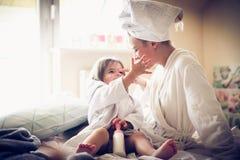 Παιχνίδι μετά από το λουτρό Μητέρα και κόρη στοκ εικόνες