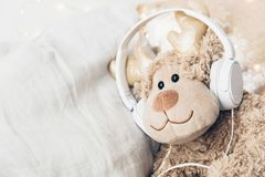 Παιχνίδι με τα ακουστικά Έννοια τραγουδιών μωρών Στοκ Εικόνα